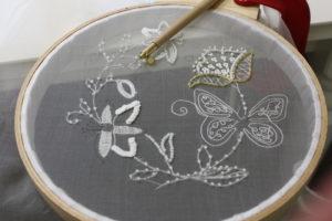 Техника вышивки люневильским крючком