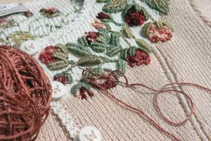 Швейцарская вышивка на вязаном изделии